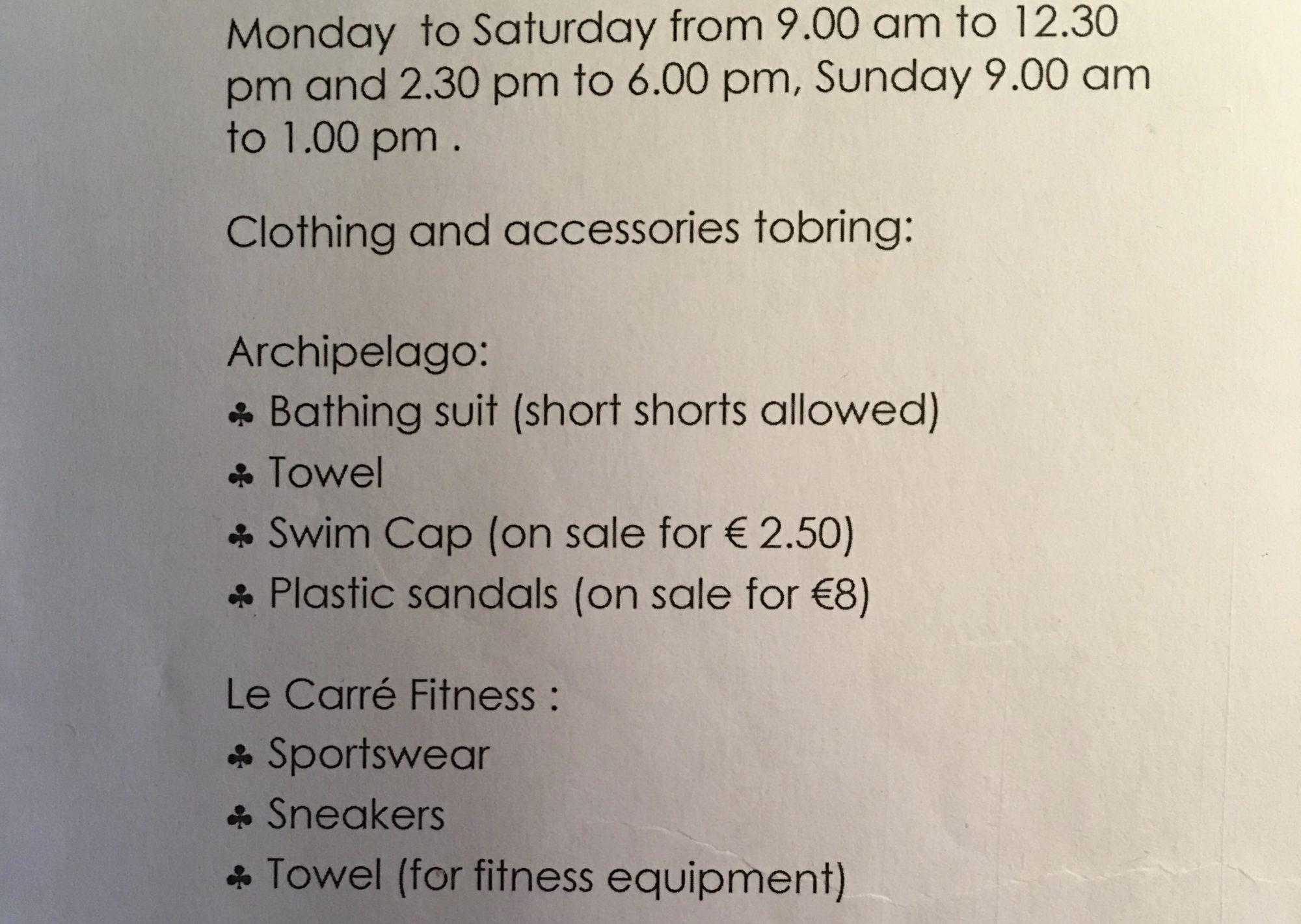 Französischer Text beschreibt, was man alles ins Spa mitbringen muss wie Badehaube, Plastikschuhe und Handtuch