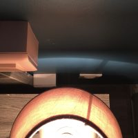 Steckdose zwischen Bett, Nachttisch und Wand mit wenigen Zentimetern Platz