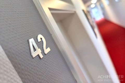 Hotel Zimmer 42 by Achim Meurer.
